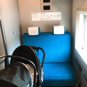 新幹線の多目的室の内部