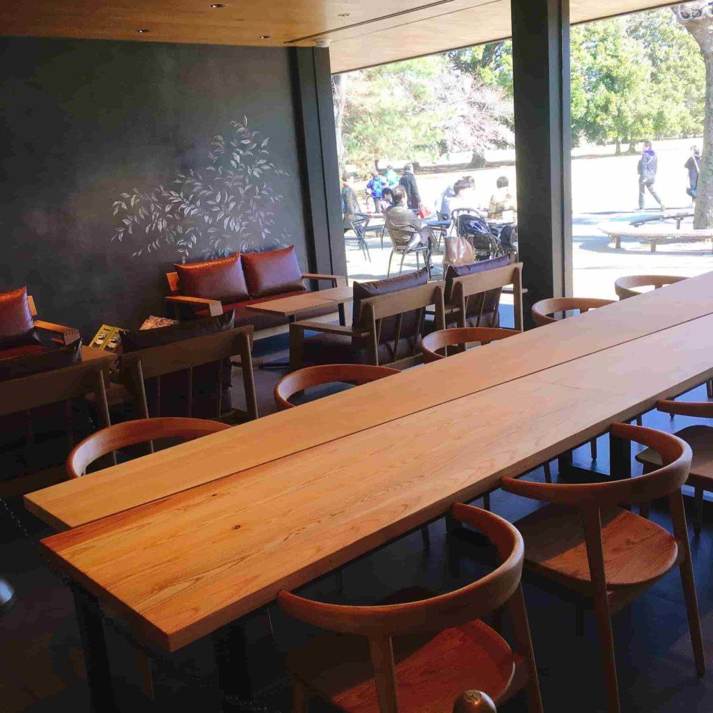 新宿御苑のスタバの座席